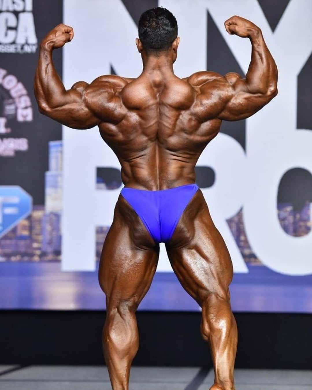 la schiena di hassan mostafa pro ifbb sul palco del 2020 new york pro ifbb
