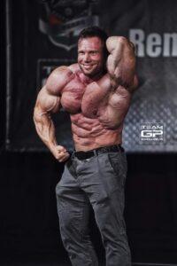 posa di addome e gambe per Peter Monlar sul palco di gara in una guest posing