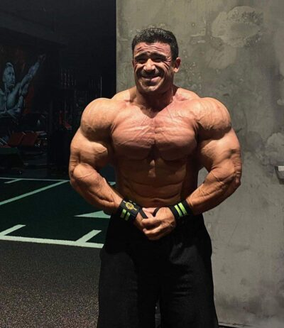 la posa del più muscoloso di guarda una foto di Kamal Elgargni pro ifbb in preparazione al mister olympia 2020
