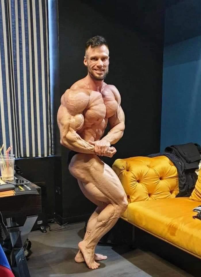 peter monlar 1 giorno prima della gara in romania ( romania muscle fest 2020 ) ifbb pro qualifier posa side chest