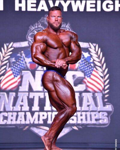 Jonathan Withers esegue la posa di side chest sul palco dei nationals npc 2020