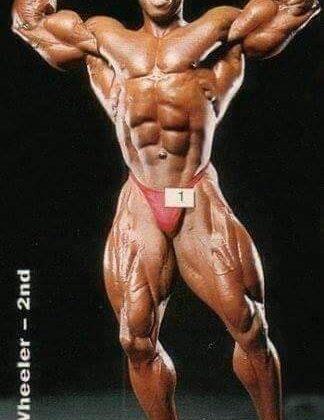 una posa di doppi bicipiti frontali durante un servizio fotografico dopo il mister olympia 1993