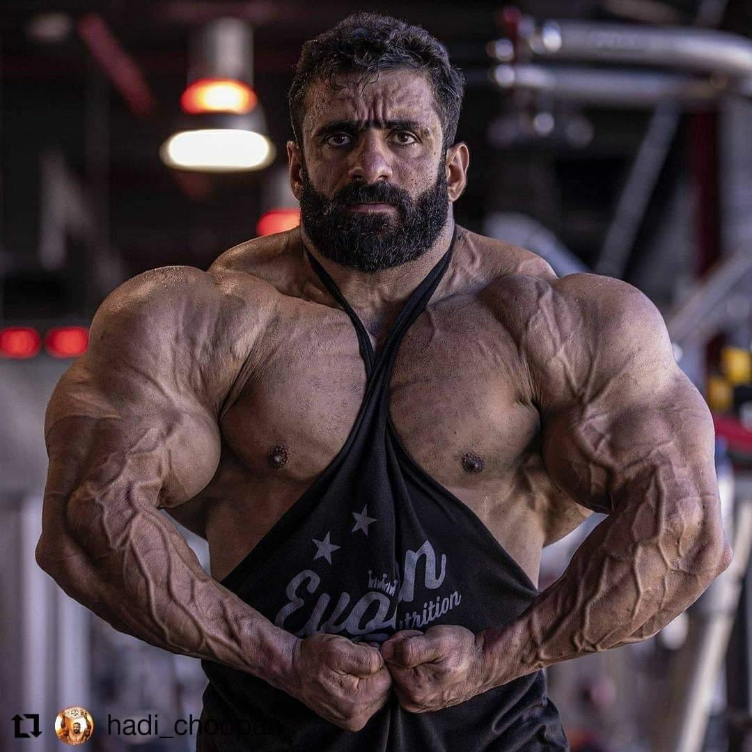 hadi choopan esegue la posa del più muscoloso