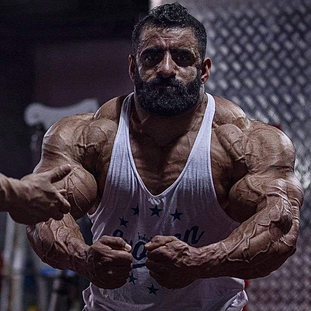 hadi choopan esegue la posa di most muscular in vista del mister olympia 2020