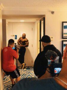 george peterson posa di side chest in camera 1 giorno prima del pregara del mister olympia 2020