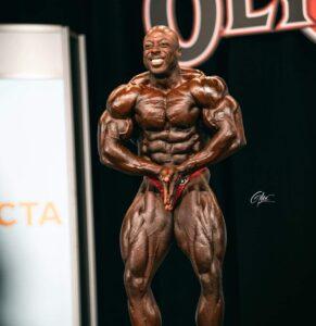 George Peterson sul palco del mister olympia 2020 durante il pregara posa di most muscular