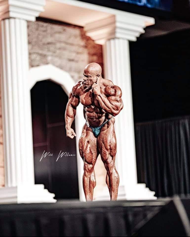 phil heath sul palco del pregara del mister olympia 2020
