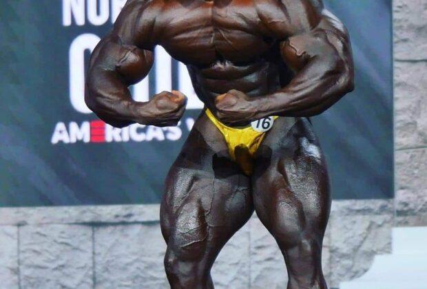 brandon curry sul palco del mister olympia 2020 posa di most muscular