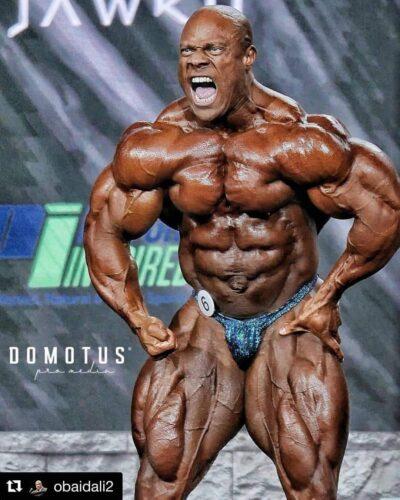 phil heath sul palco del mister olympia 2020 durante il pregara posa di most muscular