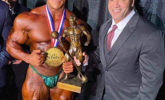 dennis james e big rami con il trofeo del sandow