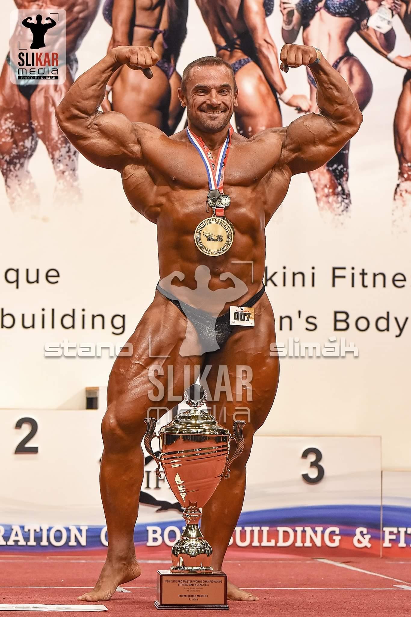 tomas kaspar ifbb elite pro world championships master posa di doppi bicipiti con il trofeo