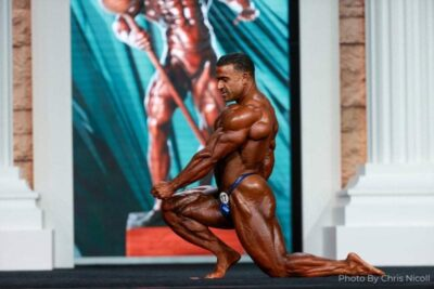 kamal el gargni durante la posing routine sul palco del mister olympia 2020
