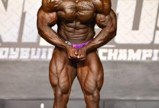 Christopher Robinson posa di most muscular sul palco del NPC USA CHAMPIONSHIPS 2020