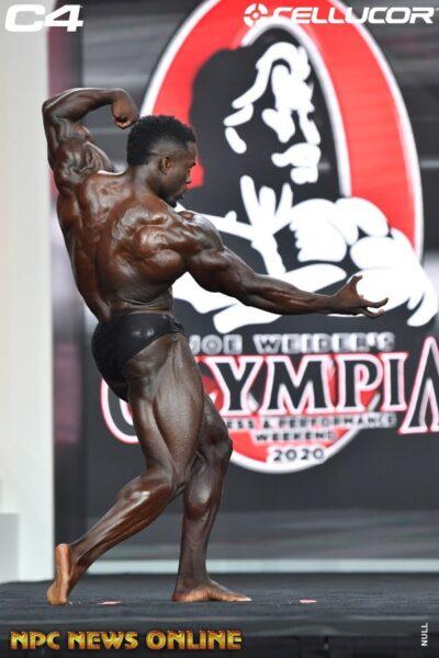 Terrence Ruffin sul palco del mister olympia 2020 nella categoria men's classic physique in una posa di schiena