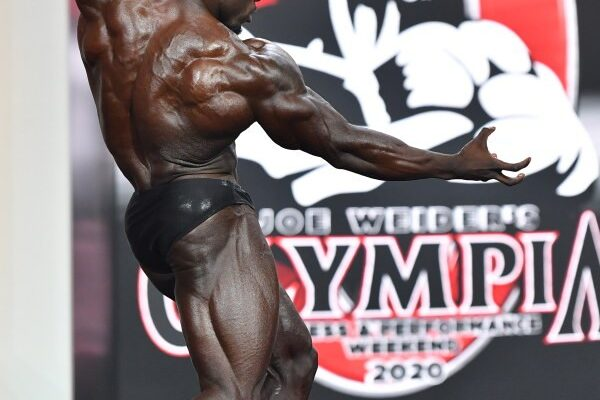 Terrence Ruffin sul palco del mister olympia 2020 nella categoria men's classic physique in una posa di schiena