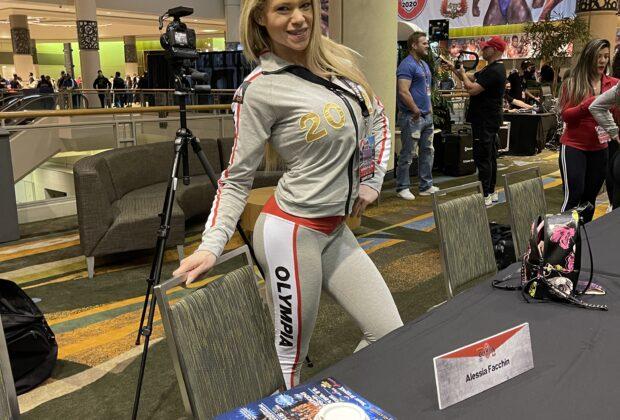 alessia facchin indossa la tuta ufficiale del mister olympia 2020 durante il meeting degli atleti