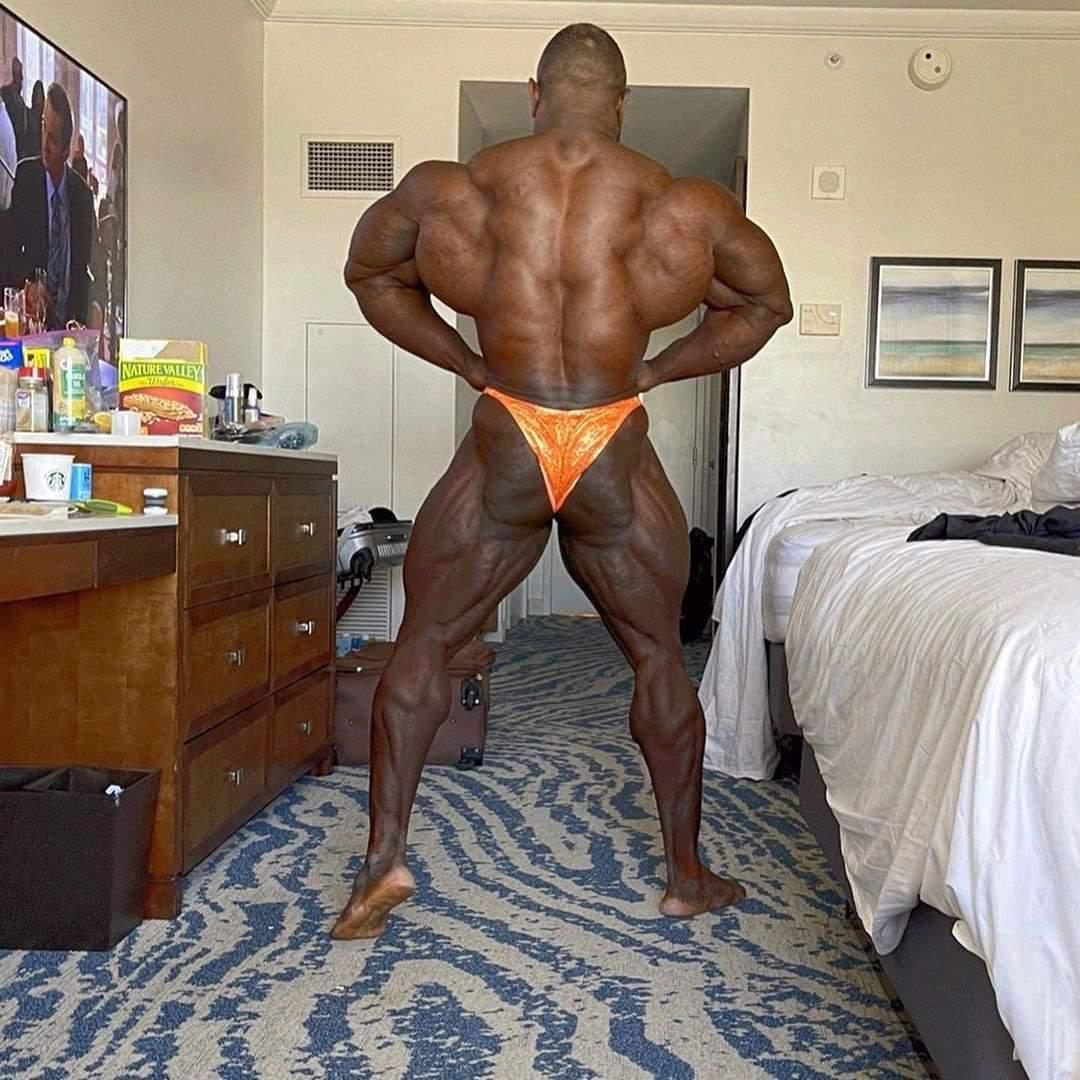 akim williams esegue la posa di apertura dorsali di schiena a poche ore dal mister olympia 2020