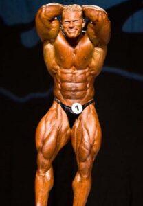 dennis wolf sul palco del mister olympia 2007 posa di addome e gambe