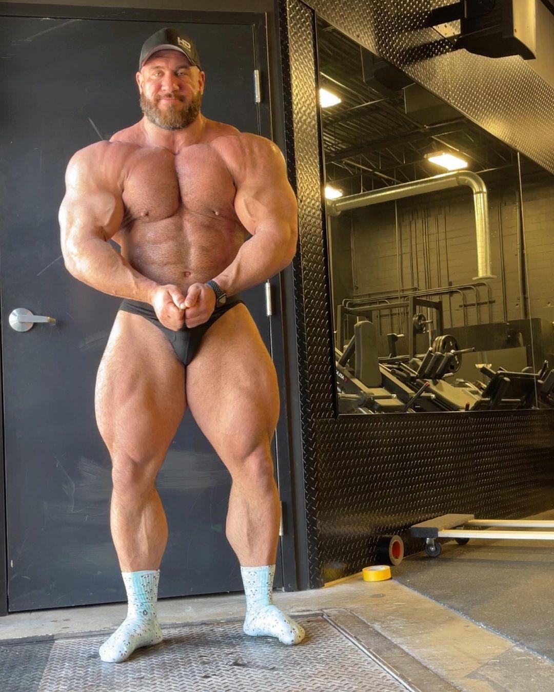 Antonie Vaillant pro ifbb di aprile 2021 a 140 kg posa del più muscoloso