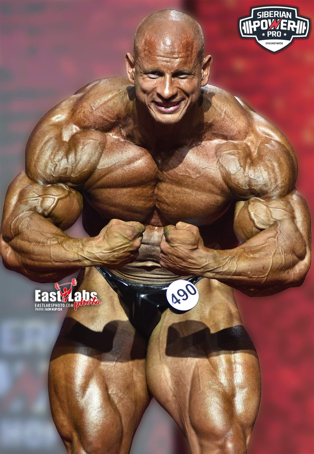 Michal Križánek esegue la posa di most muscular sul palco del siberian power show 2021