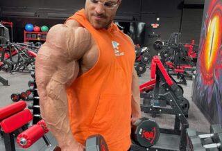 hassan mostafa allena le spalle con le alzate laterali