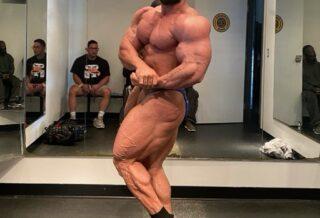 Mohamed Shaaban posa di side chest a pochi giorni dal California pro ifbb 2021